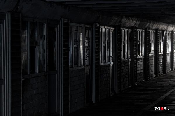 Пройти по пустому темному коридору — то еще испытание, даже днем. И это самый центр города