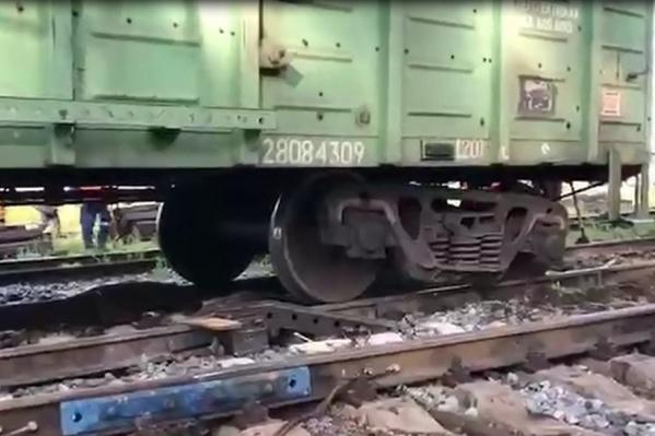 С рельсов сошли четыре вагона