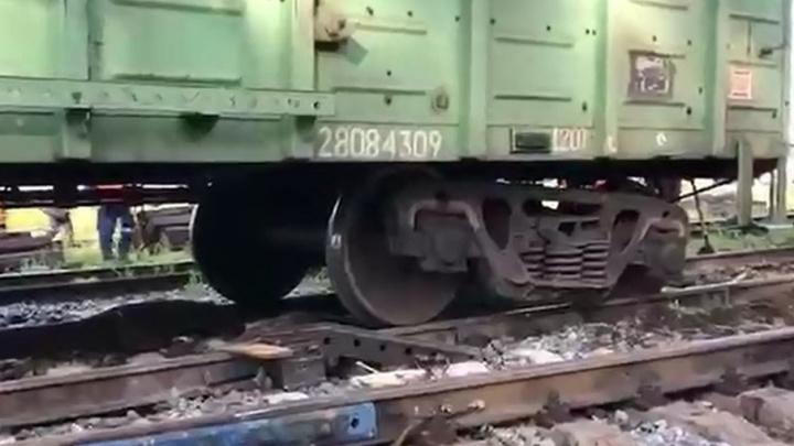 В Прикамье грузовой поезд сошел с рельсов. Видео с места ЧП