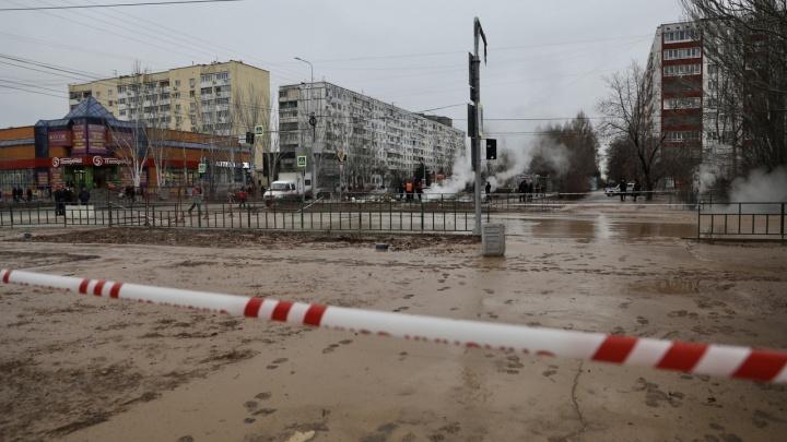 Рухнули в кипяток вместе с асфальтом: хронология коммунального ЧП в городе Волжском
