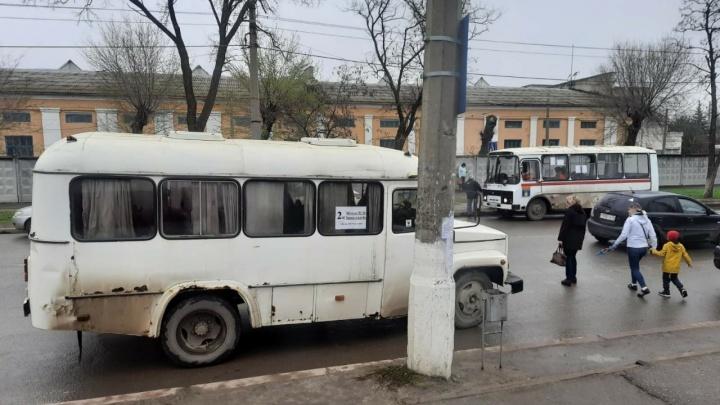 Дождь хлестал, мы мокли: в Волгограде трамваи заменили ретро-автобусами