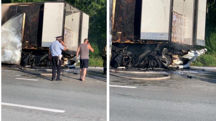 Жуткая авария на трассе в Мошковском районе. «Хёндай» влетел под фуру и загорелся — люди еще внутри