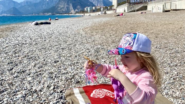 «Натягивают маски до глаз»: красноярка поделилась опытом отдыха с ребенком в Турции во время пандемии