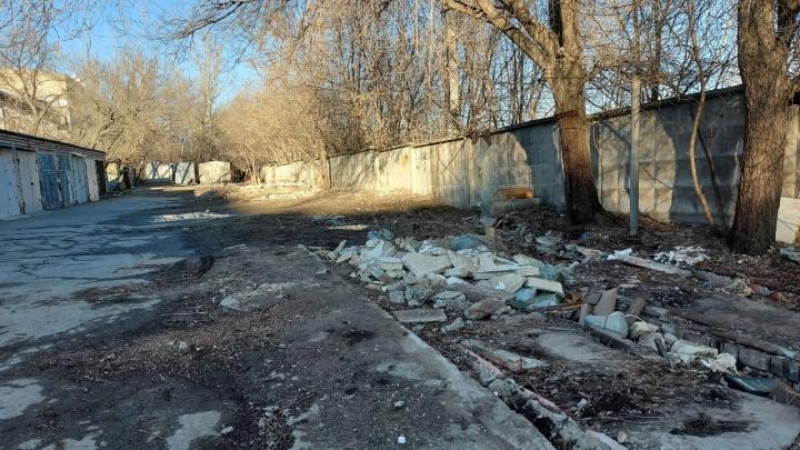 «Чиновники пошли по самому простому пути — напрячь людей»: снесенные администрацией Волгограда гаражи сменила свалка
