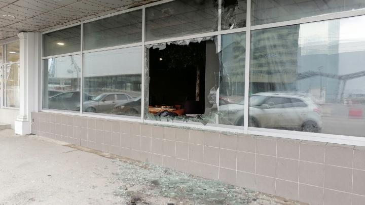 Полопались стекла, всё в копоти и гари: в центре Волгограда сгорел бар «Vin-Vin»