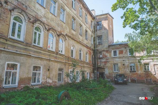 В некоторых дворах со старыми домами есть свой шарм