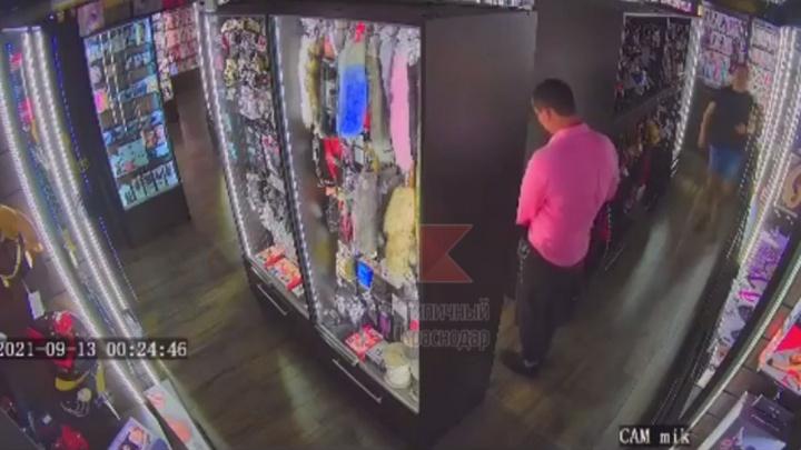 В Краснодаре парень в розовой рубашке и его хромающий друг пытались украсть товары из секс-шопа