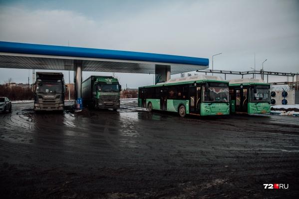 На большие очереди на метановой заправке в городе жаловались водители