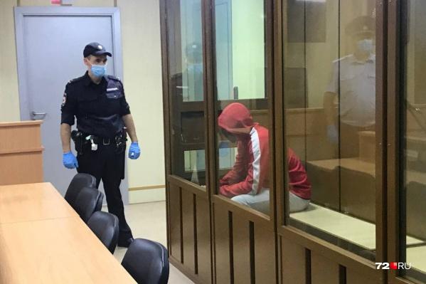 Мужчину привезли в суд заранее. В здании была усилена охрана