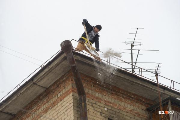 Если не убрать снег с крыши вовремя, он может свалиться кому-нибудь на голову