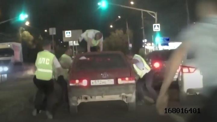 Бросился на капот, лишь бы не ушел: в Волгограде полицейские остановили пьяного угонщика-лихача