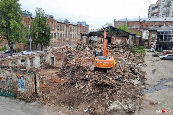 Работы на Пермской, 66 называют реставрацией, но по факту здание полностью разобрали