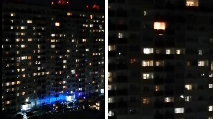 На Твардовского загорелась квартира на 15-м этаже — жильцов подъезда эвакуировали пожарные
