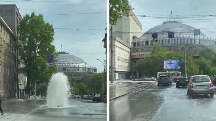 Напротив НОВАТа на дороге появился несанкционированный фонтан — впечатляющее видео