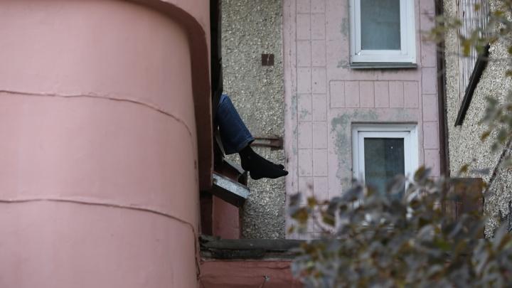 В Челябинске мужчина погиб, выпав из окна высотки на Комсомольском проспекте