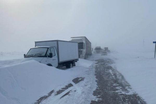 Расчистка дорог от снега и заносов продолжается
