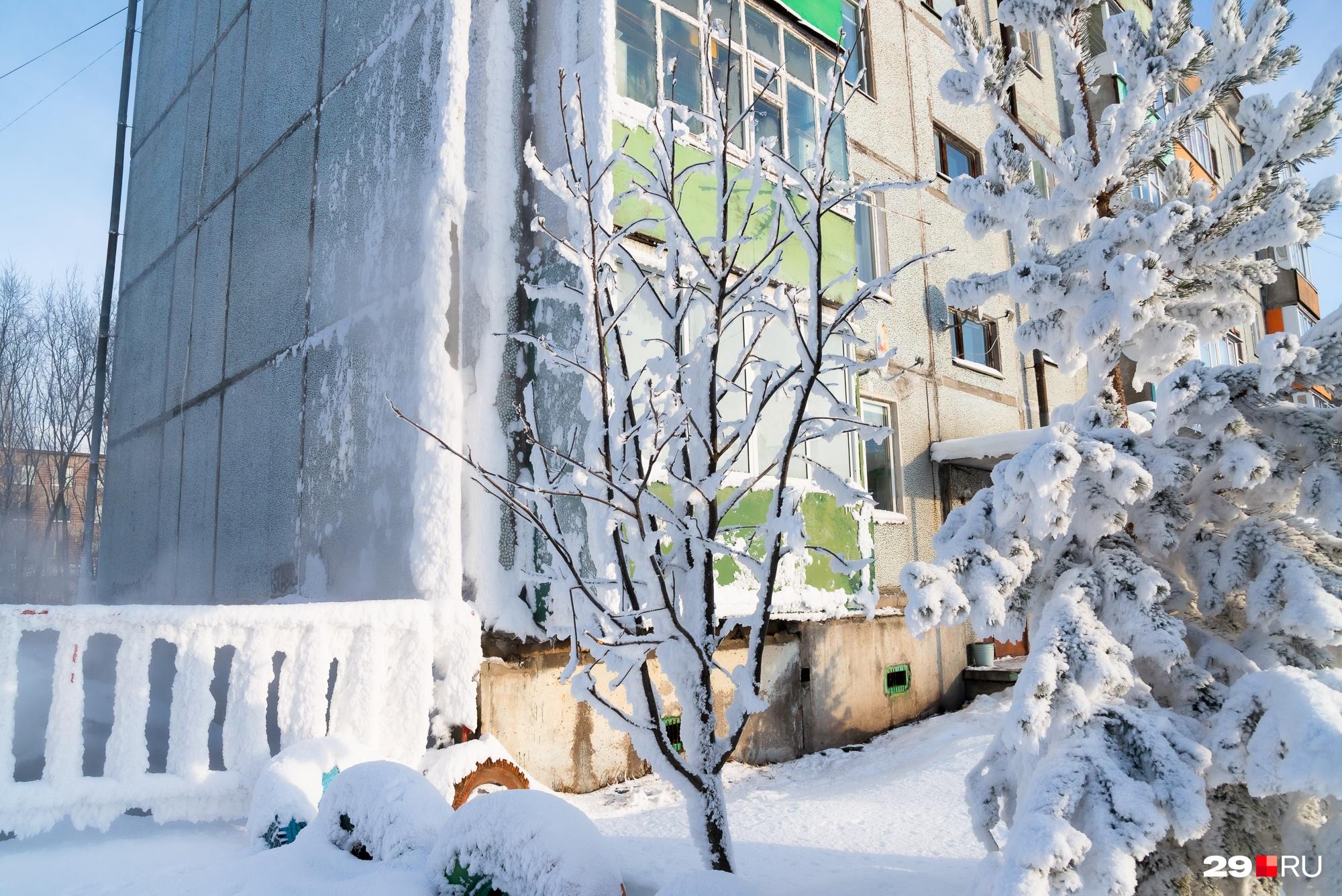 Угол дома покрылся льдом
