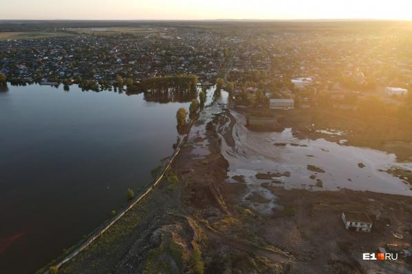 Верхнюю Салду затопило после прорыва старой дамбы