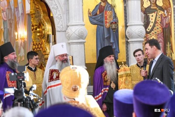 На Божественной литургии в храме в декабре прошлого года губернатора видели без защитной маски
