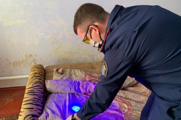 На месте убийства работают следователи и криминалисты