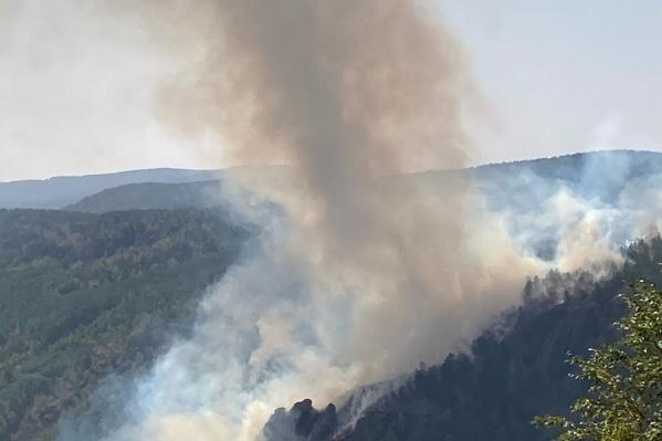 Пожар полыхает около озера Банного