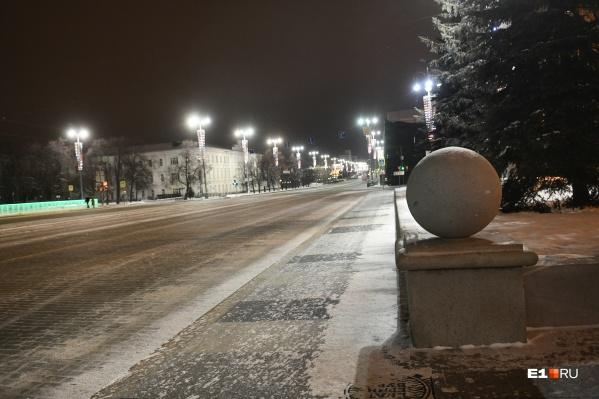 Город постепенно отходит от новогодней ночи