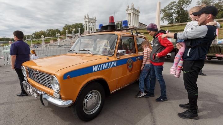 «Эту «Волгу» дарил сам Хрущев»: в Волгограде прошел ретропробег уникальной техники
