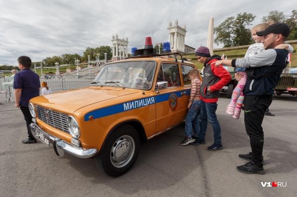 Милицейская «копейка» возглавила парад ретромашин