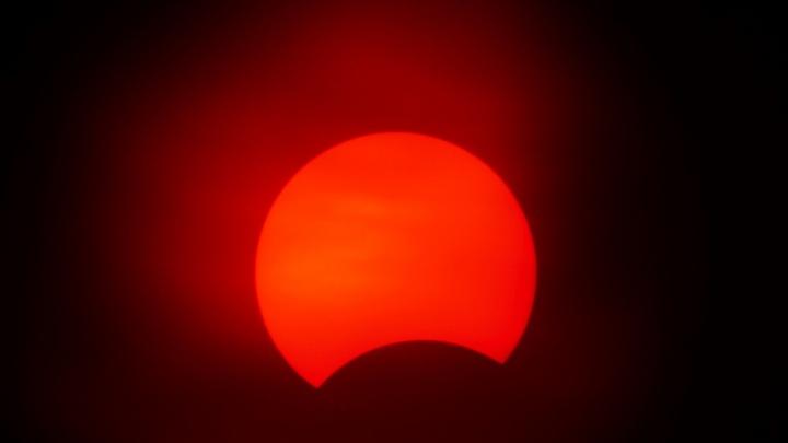 Следим в прямом эфире за солнечным затмением в Омске