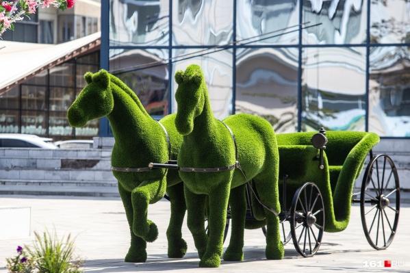 На том же месте который год подряд — кони у бывшего кинотеатра «Ростов» на Садовой