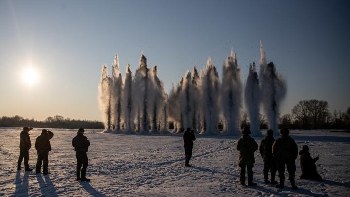Военные взорвали на реке тонну тротила — публикуем фото и видео, на которых лед взмывает к небу