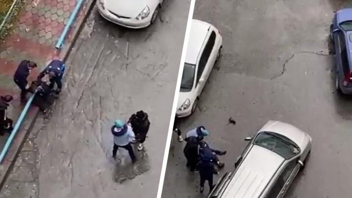 На Горском толпа пыталась затащить в машину мужчину — конфликт со стрельбой попал на видео