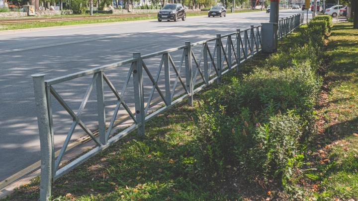 Власти Перми пообещали убрать лишние заборы вдоль улиц, но их продолжают ставить. Почему?