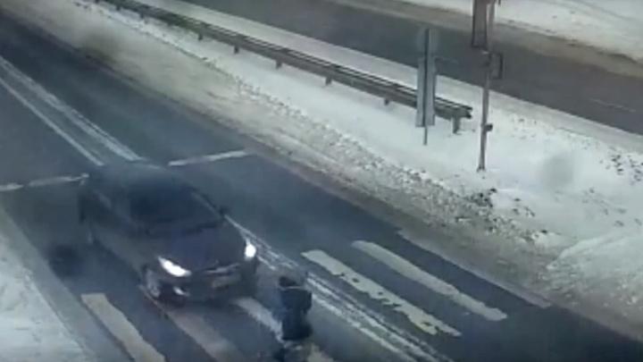 Водитель сбил заболтавшуюся по телефону 11-летнюю девочку