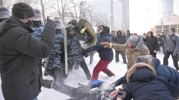 Самый холодный протест в истории города: как в -30 екатеринбуржцы вышли на прогулку и встретились с ОМОНом