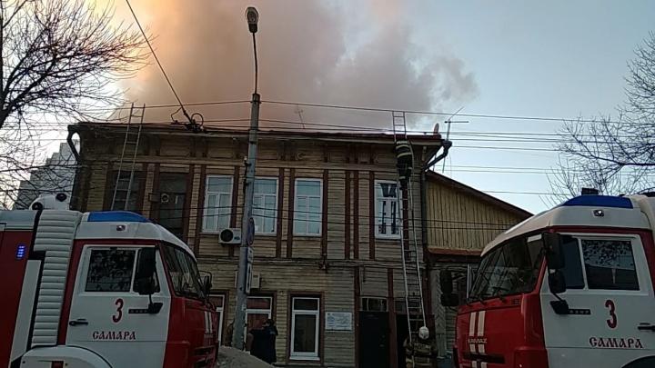 Нагнали техники: в историческом центре Самары загорелась двухэтажка