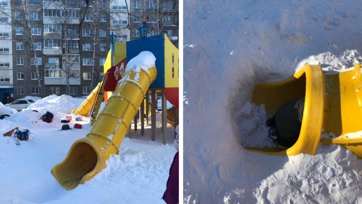 В Новосибирске 9-летняя девочка сломала ногу, скатившись с горки во дворе в твердый сугроб