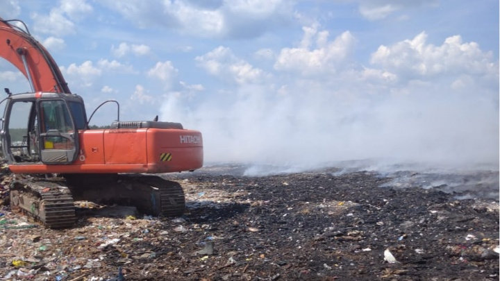«Тушат со вчерашнего вечера»: в Ярославской области загорелся мусорный полигон