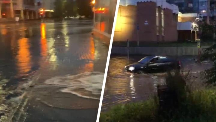 Затопило улицы и даже подъезды: смотрим, как сильный дождь прошелся по Архангельску