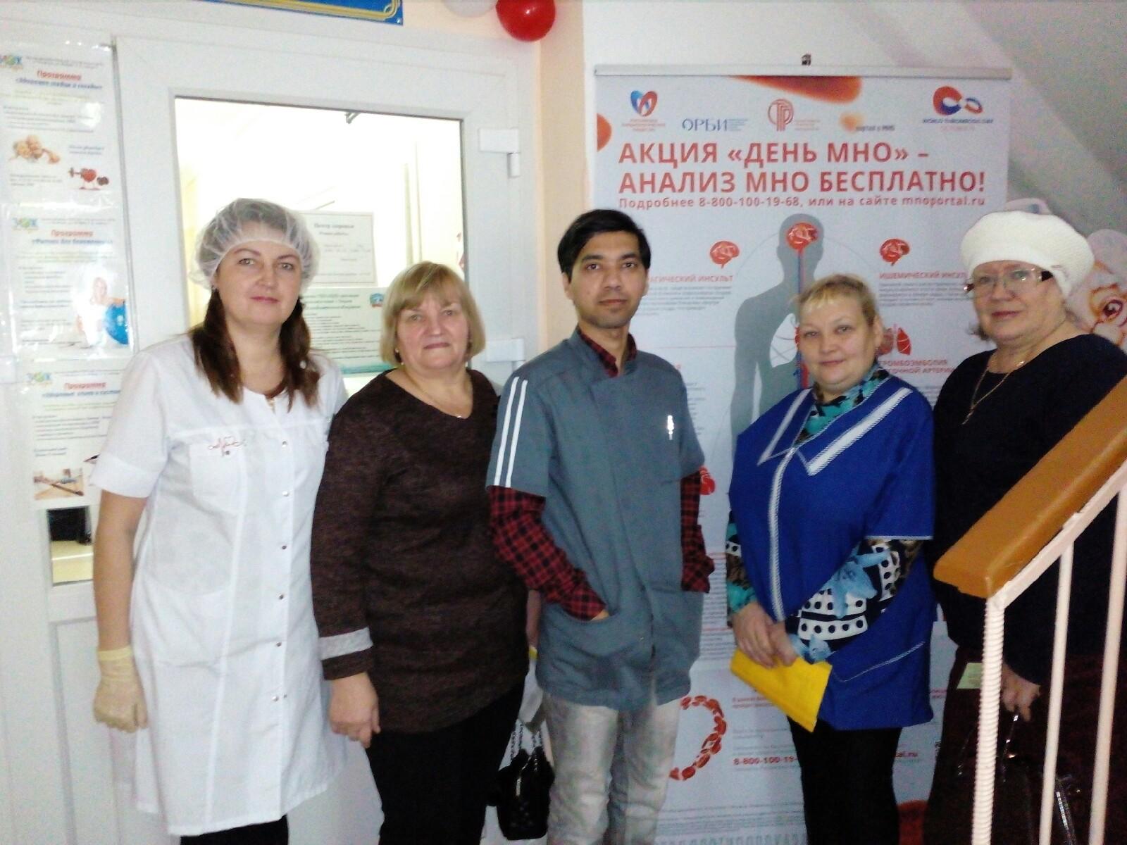 С коллективом врач из Индии сдружился. Вместе с коллегами они проводят для горожан акции здоровья<br>