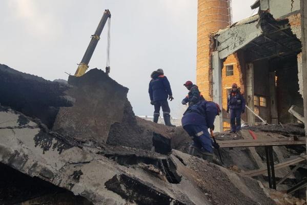 На месте происшествия работает почти сотня спасателей