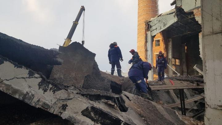 Спасатели ищут второго погибшего под завалами в уральском поселке: 8 кадров с места трагедии
