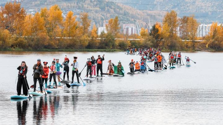 В Красноярске поставили рекорд по самому длинному параду на сапбордах: фоторепортаж