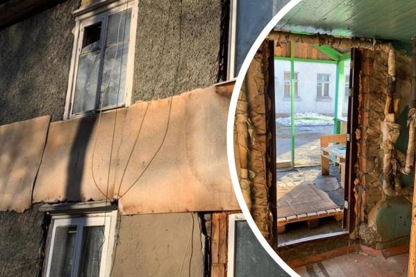 Дом, по словам жителей, приходится ремонтировать подручными материалами, но и это уже не помогает
