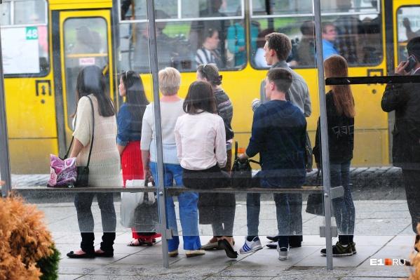 Вечером приходится подолгу ждать своего автобуса