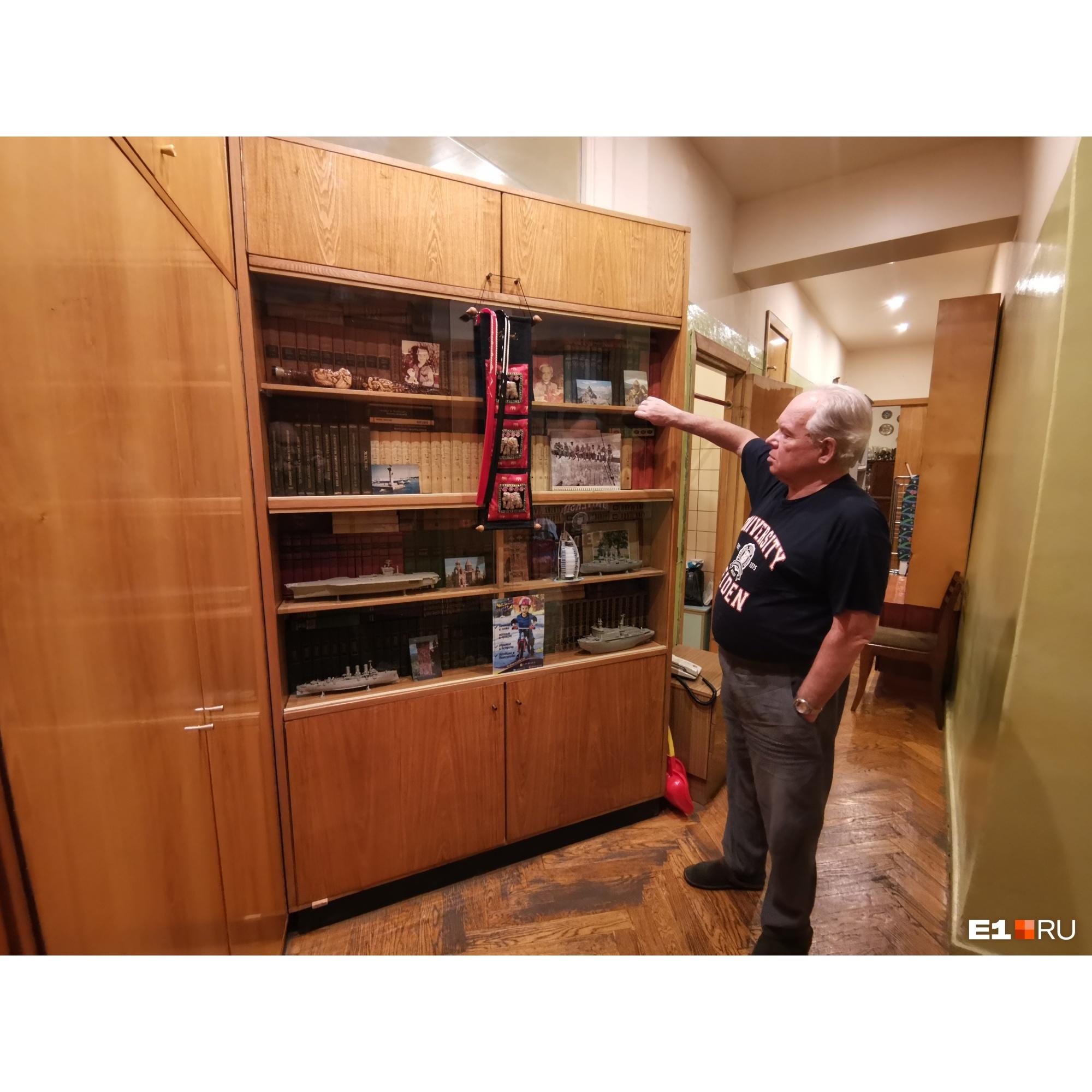 Михаил Садовский показывает книжный шкаф в коридоре, оставшийся со времен, когда в квартире жили Ельцины