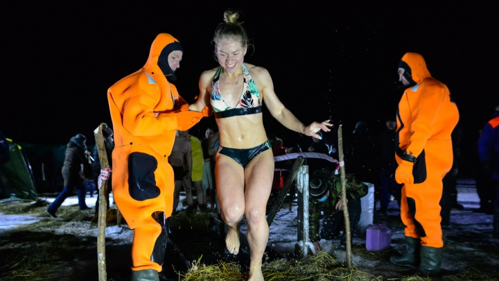 Фото с охлаждающим эффектом: смотрим, как под Архангельском люди погружались в ледяную купель