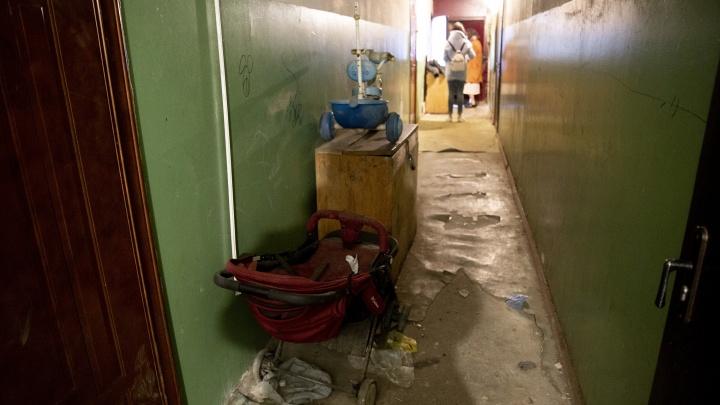 «Дети кидают ему еду на землю»: пятилетний малыш, накоторого наплевали родители, живет какМаугли
