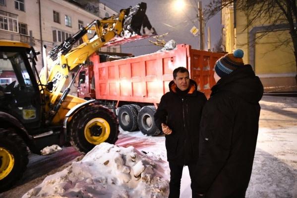 Мэр Владимир Волков поговорил с главой ДГХ Ярославом Овчаровым о чистке дорог от снега на фоне уборочной техники