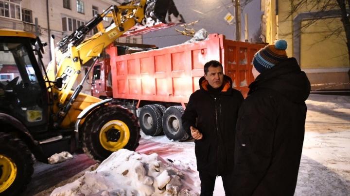 Мэр Ярославля показал, как коммунальщики чистят дорогу возле его дома. Видео